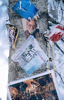 An impromptu shrine to Jerry Garcia, one of many found on various Aspen-area runs. Copyright: Anton Dijkograaf.
